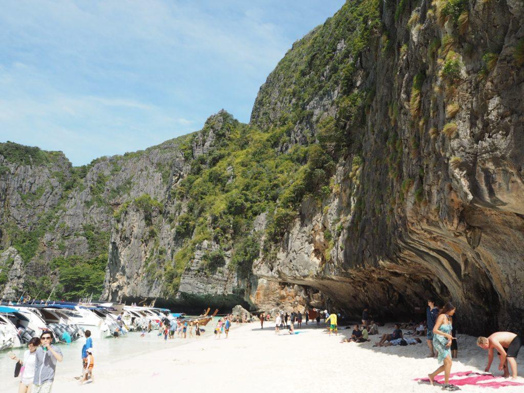 マヤベイの断崖絶壁